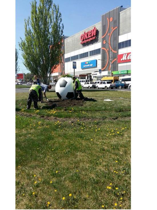 В Астрахань скатились огромные футбольные мячи