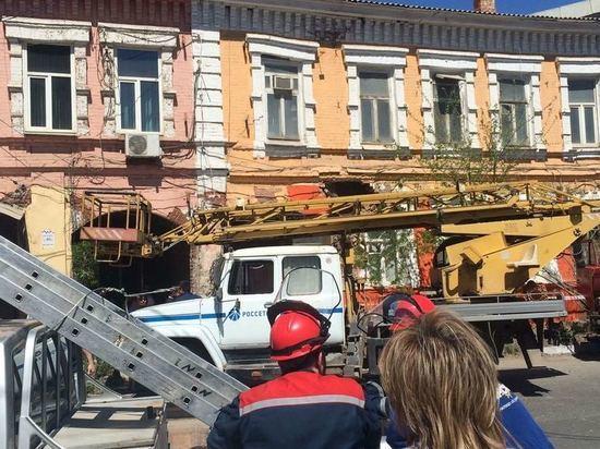Жильцы разрушающегося дома в Астрахани не впускают спасателей и полицию