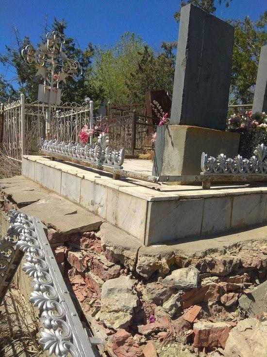 Неизвестные вандалы разгромили ограды могил в Астрахани