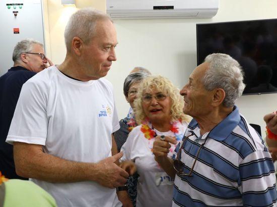 300 сотрудников Минстроя во главе с Йоавом Галантом отправились волонтерами в хостели