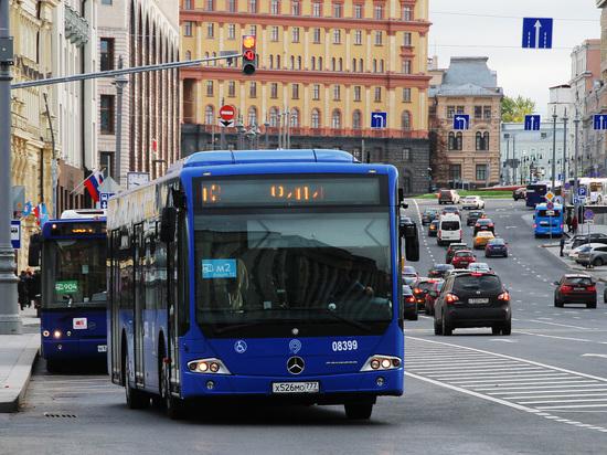 Исчезли ручки-петельки: эксперты объясняют массовые падения пассажиров в автобусах