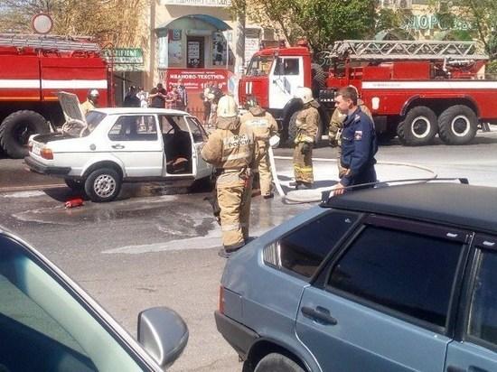 На Боевой в Астрахани горит «Жигули»
