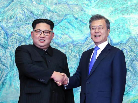 Ким Чен Ын отпихнул фотографа, вставшего на пути его супруги