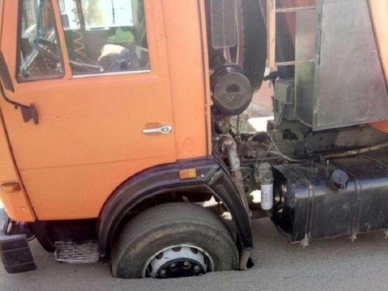 В Саранске в яму на дороге провалился «КАМАЗ» коммунальных служб