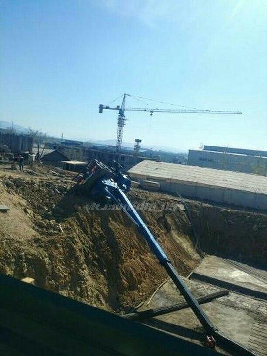 Фото дня: В Улан-Удэ перевернулся строительный кран
