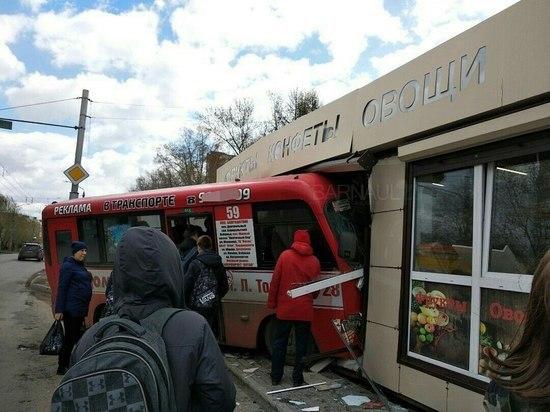 В Барнауле автобус протаранил киоск с фруктами, есть пострадавшие