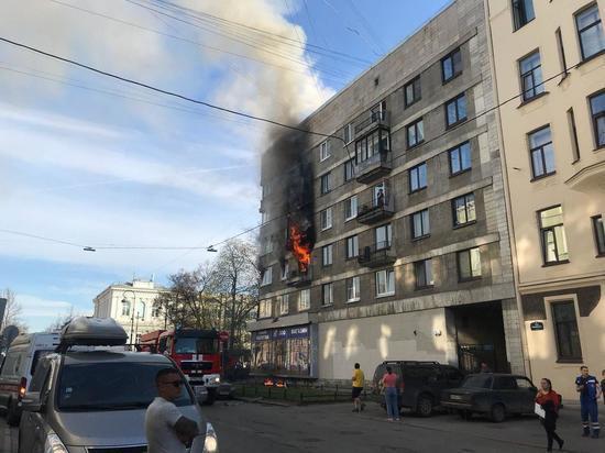 Пожарные спасли троих детей из горящего дома на Васильевском острове