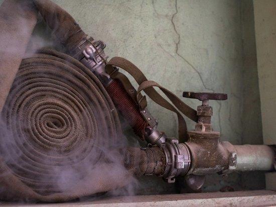 В карельском поселке больше трех часов 100 человек тушили серьезный пожар