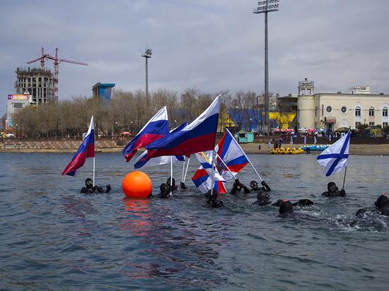 Знамёна «пронесли» по Амурскому заливу в честь Дня Победы