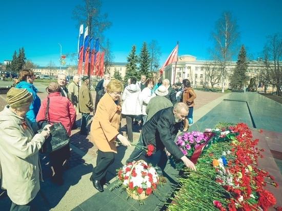 Ветераны карельской энергетики возложили цветы к мемориалу «Вечный огонь» под Знаменем Победы