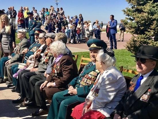 В Самаре около 5 тысяч жителей возложили цветы на площади Славы