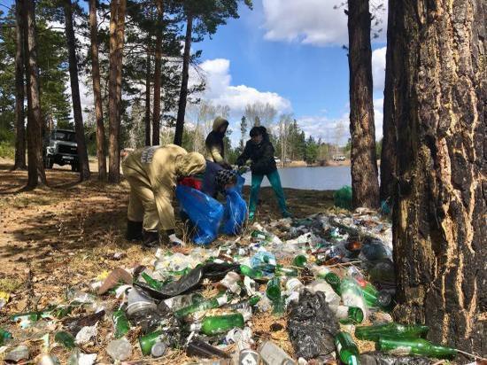 Лесники собрали 4 самосвала мусора возле озера в Усть-Балее