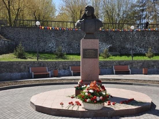 Иркутяне возложили цветы к памятнику дважды Героя Советского Союза Николая Челнокова