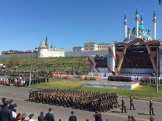 Появились фотографии и видео с парада в Казани