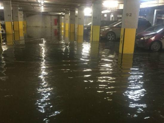 Сотни дорогих иномарок оказались в водном плену на подземной парковке в Екатеринбурге
