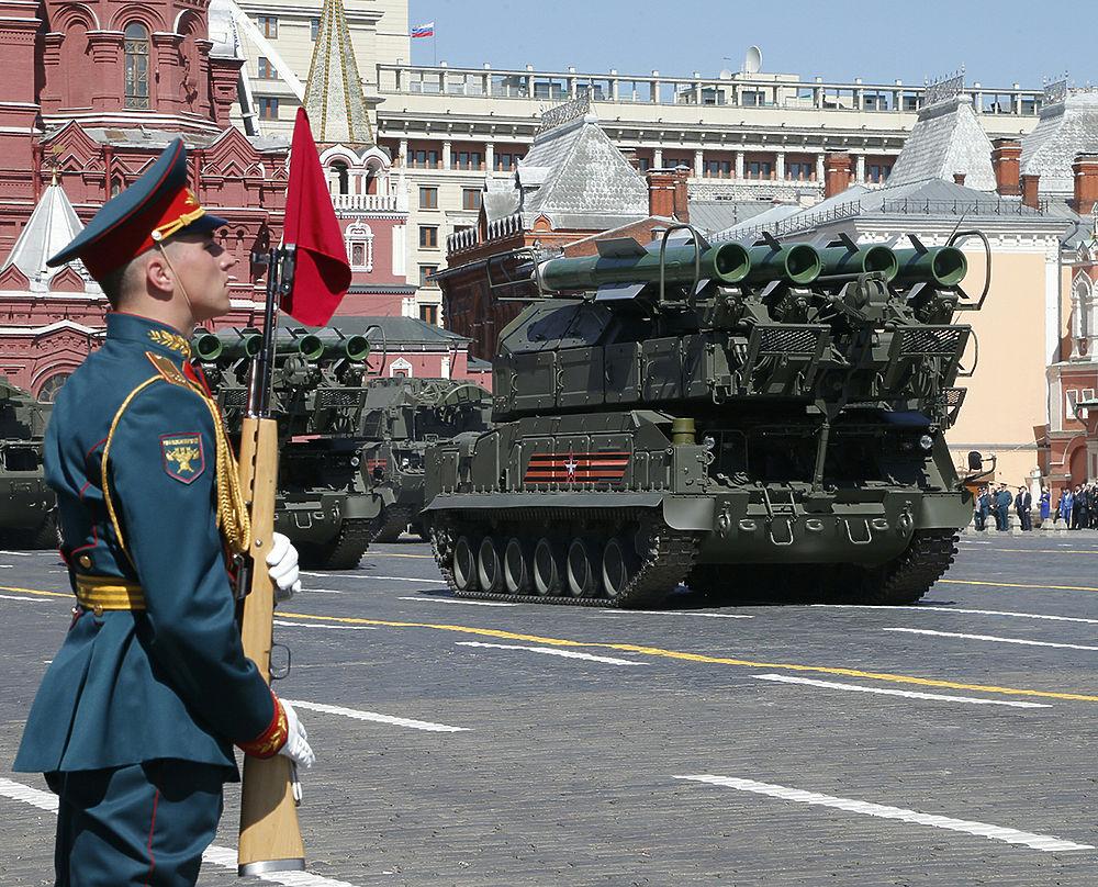 Путин и высокие гости на Красной площади: яркие кадры парада Победы