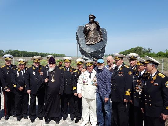 Два памятника открылись в михайловском «Адмирале»