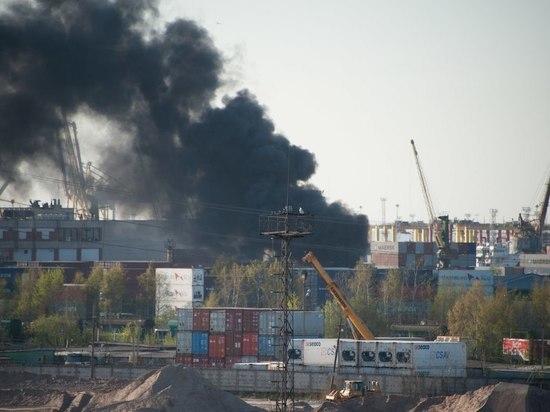 В Петербурге тушили пожар в Рыбном порту