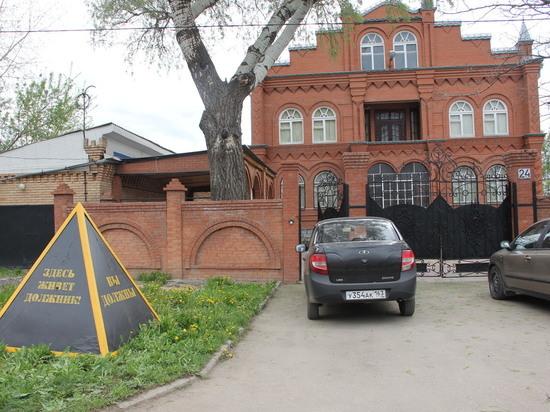 В Самаре возле дома неплательщика установили многотонное напоминание о долге