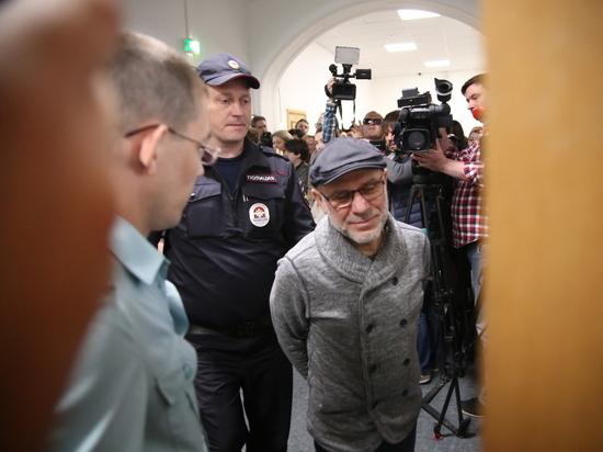 Малобродского увезли из суда под крики «Он закован!»