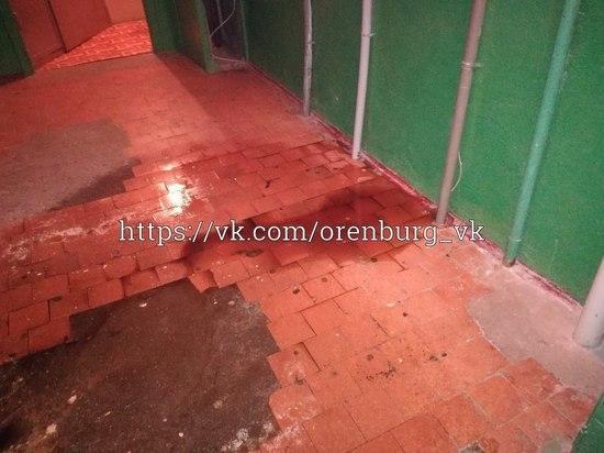 В Оренбурге на Березке дырявая крыша дома пустила дождь в подъезд
