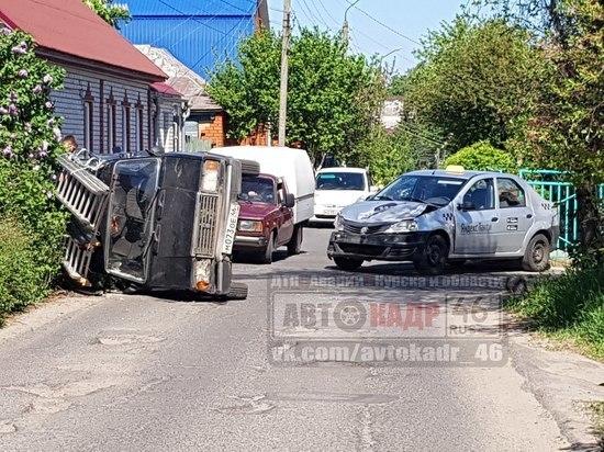 В Курске после столкновения автомобиль такси повалил «четверку» на бок