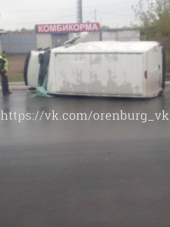 В Оренбурге на дороге перевернулся фургон