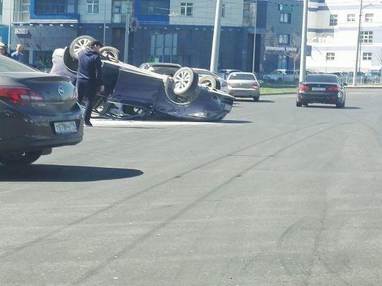 В Казани на Танковом кольце перевернулась машина, есть пострадавшие