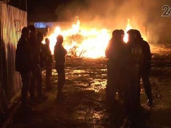 В казанском поселке Константиновка ночью загорелась свалка