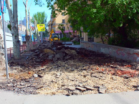 В центре Волгограда перекопали улицу Комсомольскую