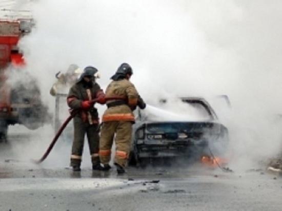 На улице Яицкой в Оренбурге спасатели тушили автомобиль