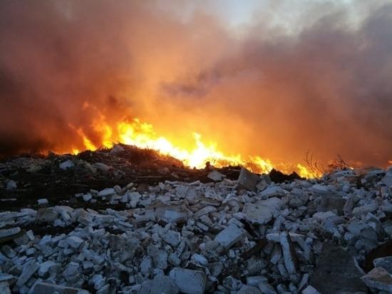 Возле Екатеринбурга горит несанкционированная свалка площадью 5 тысяч квадратных метров