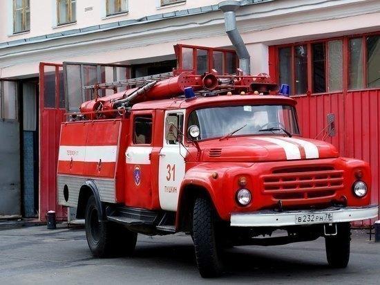 В Ульяновске 32 огнеборца тушили гараж на Деева