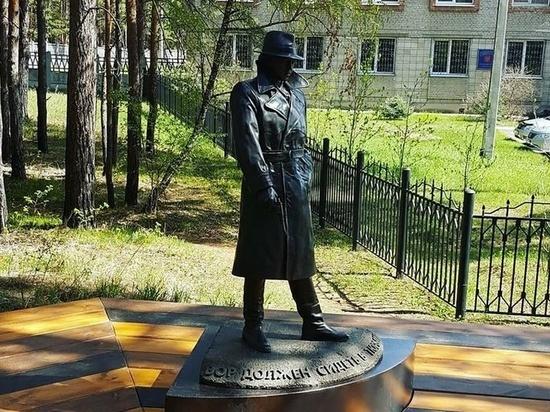В Ангарске установили памятник Глебу Жеглову и увековечили надпись «Вор должен сидеть в тюрьме»
