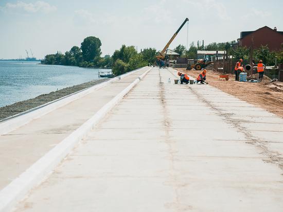 В Трусовском районе принялись за ремонт переезда и километра дорог