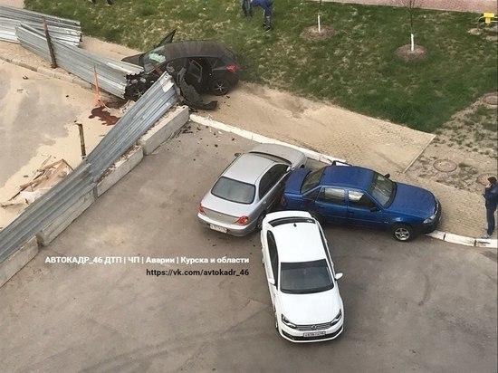 Нетрезвый автомобилист в Курске врезался в три авто и ограждение