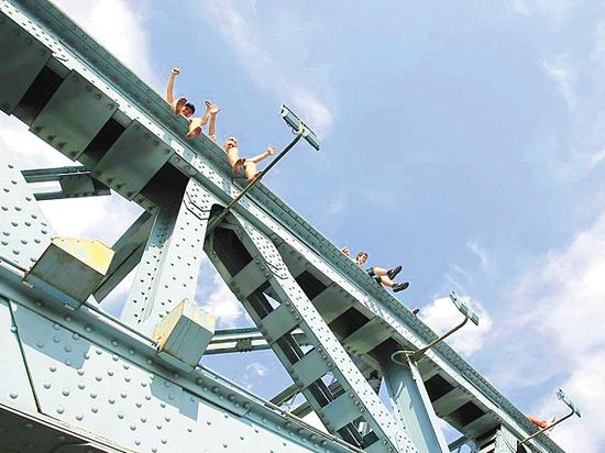 На Андреевском мосту подростки устроили опасные игры