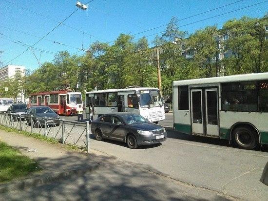 При столкновении маршрутки и автобуса пострадали четыре человека