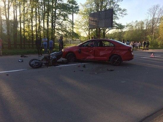 В Тверской области Шкода не пропустила мотоцикл: госпитализировали двух человек