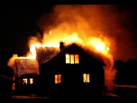 В деревне под Архангельском ночной пожар почти уничтожил дом
