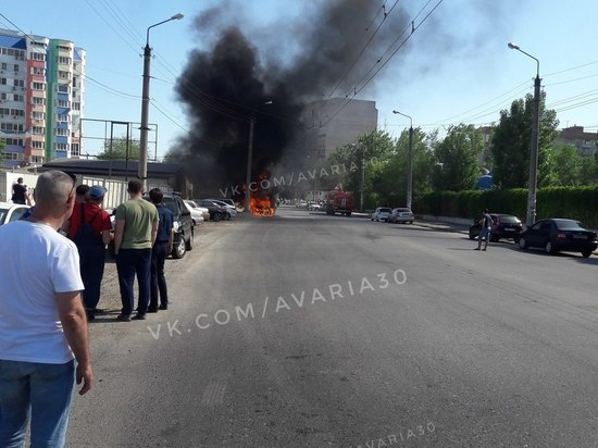В Астрахани горит иномарка у парка