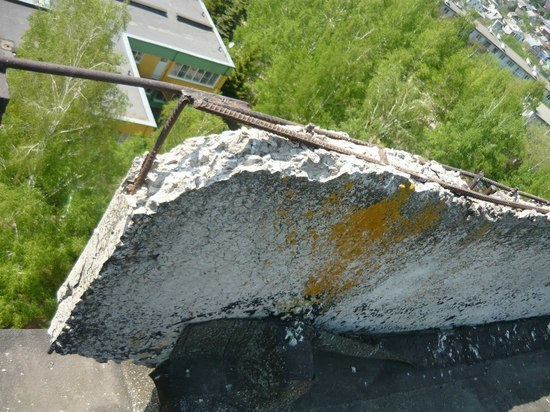 Следователи возбудили дело после падения на школьницу бетонной плиты