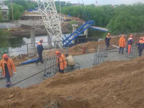 Рабочие разобрали третью опору моста через Нару в Серпухове