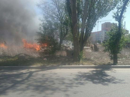 В Астрахани горит строймусор у Ахшарумовой