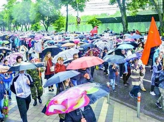 Непогода не помешала жителям Кубани выйти  на улицы с портретами фронтовиков