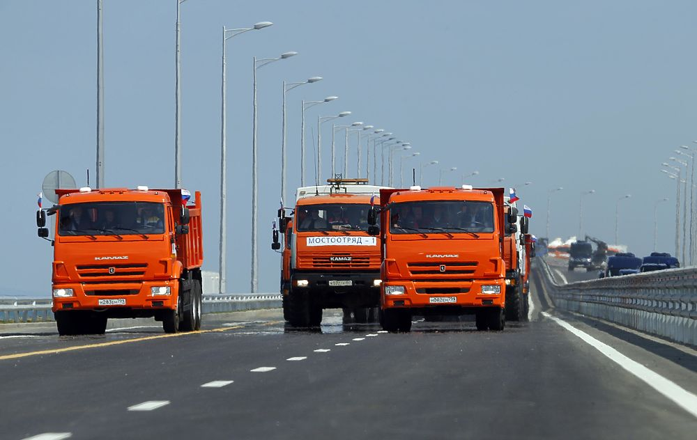 Крымский мост в фото: Путин открыл движение за рулем КамАЗа