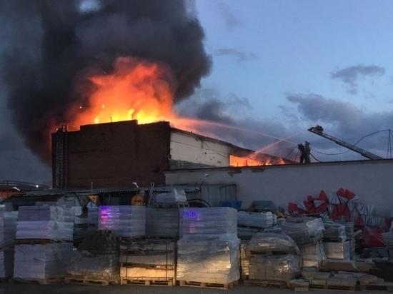 В Екатеринбурге на площади в 750 квадратных метров горел супермаркет