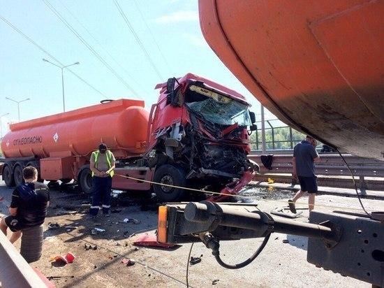 Бензовоз врезался в МАЗ на мосту Чебоксарской ГЭС