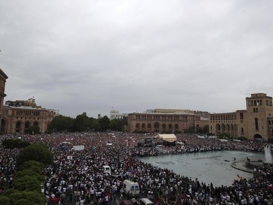 В Ереване толпа ворвалась в здание мэрии