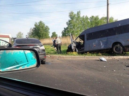 Сегодня утром в Саранске иномарка выбила с дороги микроавтобус